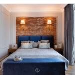 ceglana ściana w sypialni