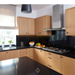 drewniana kuchnia czarny blat