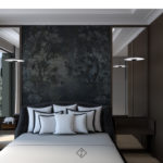 sypialnia z ciemną tapetą